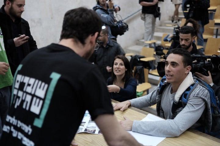 העביר חוק לאיסור הכנסת ארגון השמאל הקיצוני שוברים שתיקה לבתי ספר